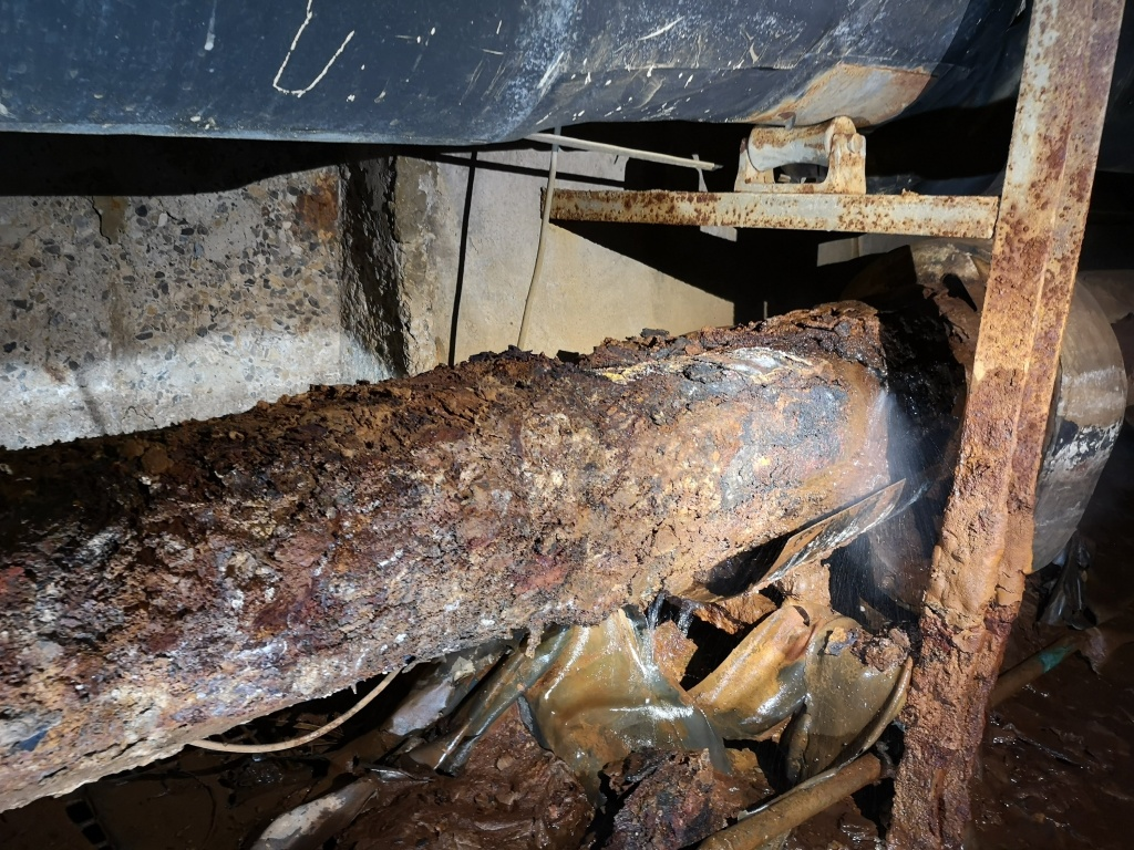 Heavily corroded steel pipe in a district heating system requiring a live leak repair